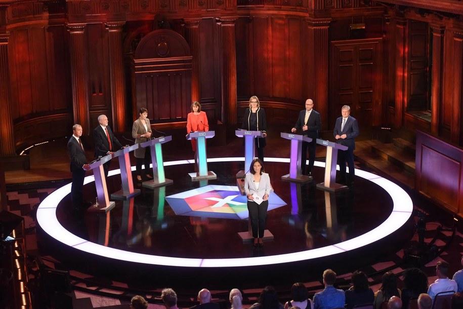 Od lewej: Tim Farron, Jeremy Corbyn, Caroline Lucas, Leanne Wood, Amber Rudd, Paul Nuttall i Angus Robertson w czasie debaty na antenie BBC /JEFF OVERS/BBC HANDOUT /PAP/EPA