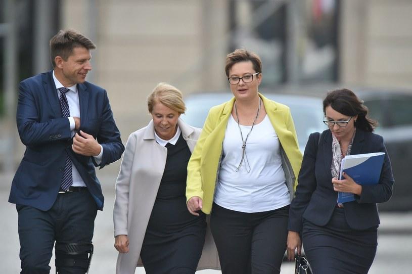 Od prawej: Kamila Gasiuk-Pihowicz, Katarzyna Lubanuer, Barbara Dolniak w towarzystwie lidera Nowoczesnej Ryszarda Petru /Rafał Oleksiewicz /Reporter