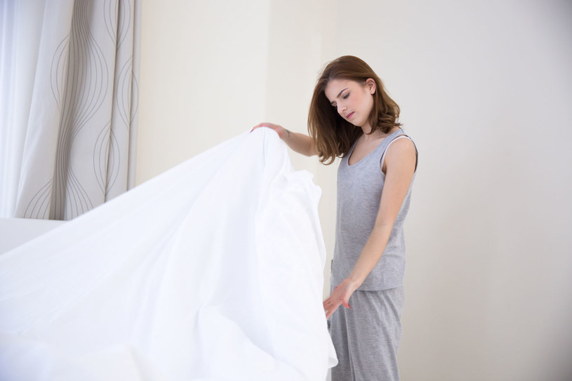"""Od razu sprzątnij pościel, zgodnie z przysłowiem: """"Dobry dzień zaczyna się od dobrze pościelonego łóżka"""" /©123RF/PICSEL"""