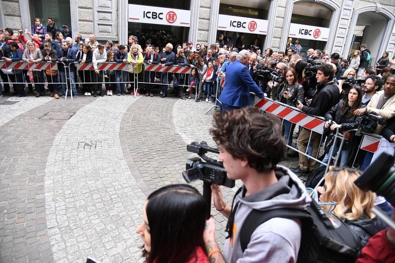 Od wczesnego ranka przed hotelem, do którego przybył po południu, czuwały tłumy ludzi /PAP/EPA