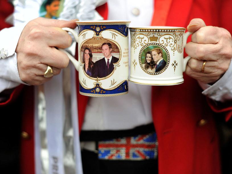 Od zaręczym Kate i Williama w Wielkiej Brytanii pojawiło się wiele gadżetów z ich podobizną  /AFP