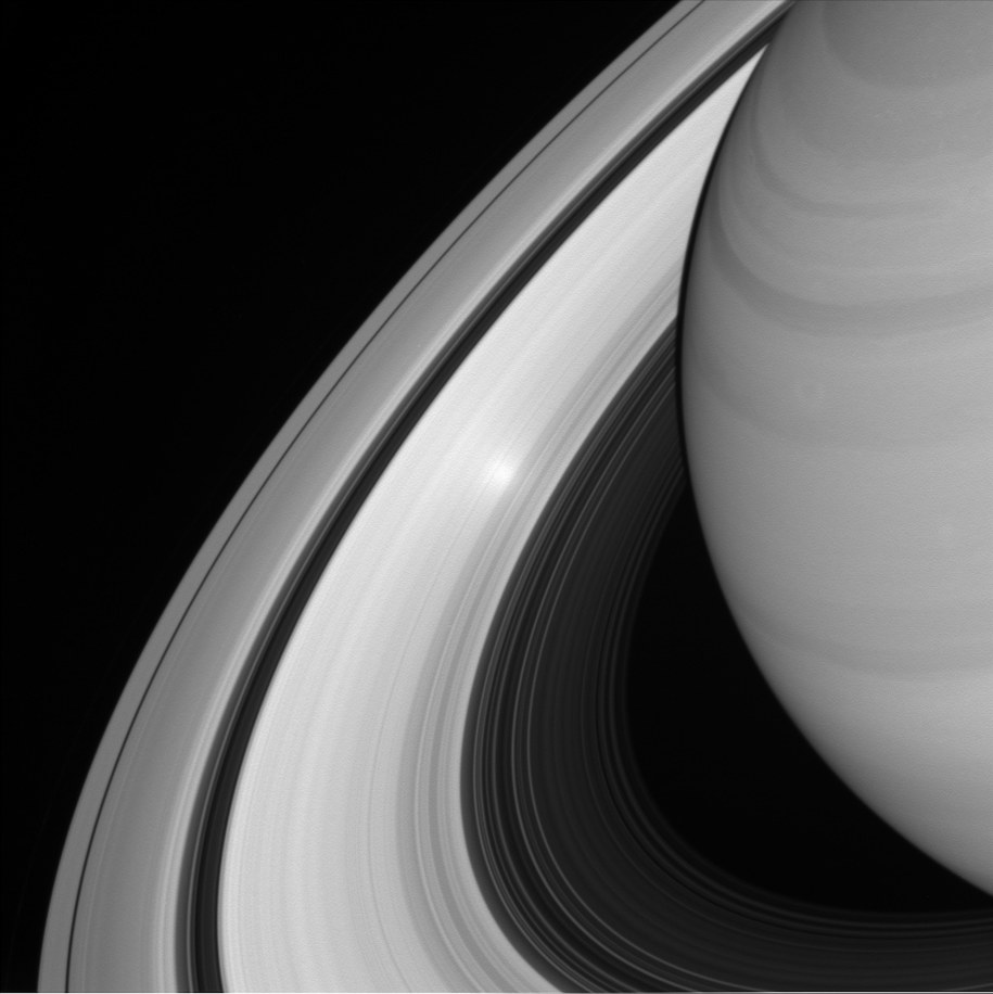Odbicie Słońca w pierścieniach Saturna sfotografowane w sierpniu tego roku /NASA/JPL-Caltech/Space Science Institute /materiały prasowe