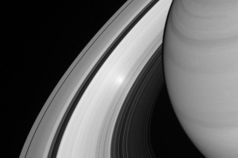 Odbicie Słońca w pierścieniach Saturna sfotografowane w sierpniu tego roku /NASA