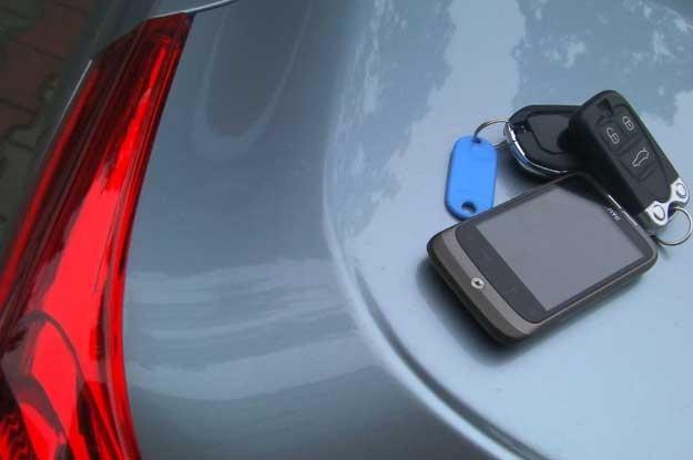 Odblokować drzwi bądź uruchomić silnik można  przez stosowną aplikację w telefonie komórkowym /INTERIA.PL