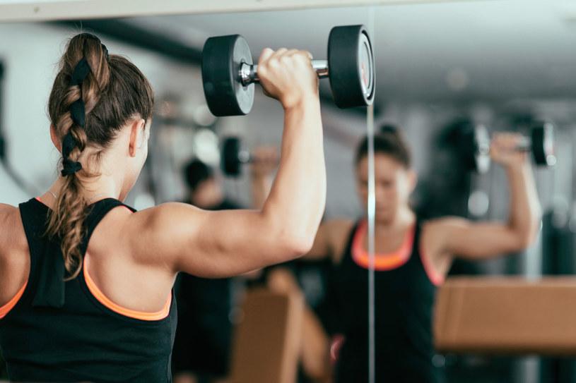 Odchudzaniu ramion przyjają letnie aktywności: pływanie, gra w badmintona czy tenis. Pomyśl o sukienkach i bluzkach z dekoltem, w których chciałabyś się pokazać – zyskasz motywację do ćwiczeń /©123RF/PICSEL