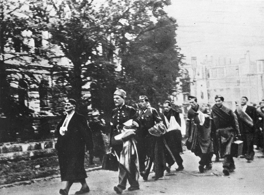 Oddziały powstańcze opuszczające Warszawę. Październik 1944 roku. /CAF /PAP