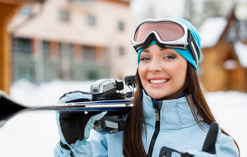 Odpowiedni strój i okulary to podstawa podczas wypadów na narty /123RF/PICSEL