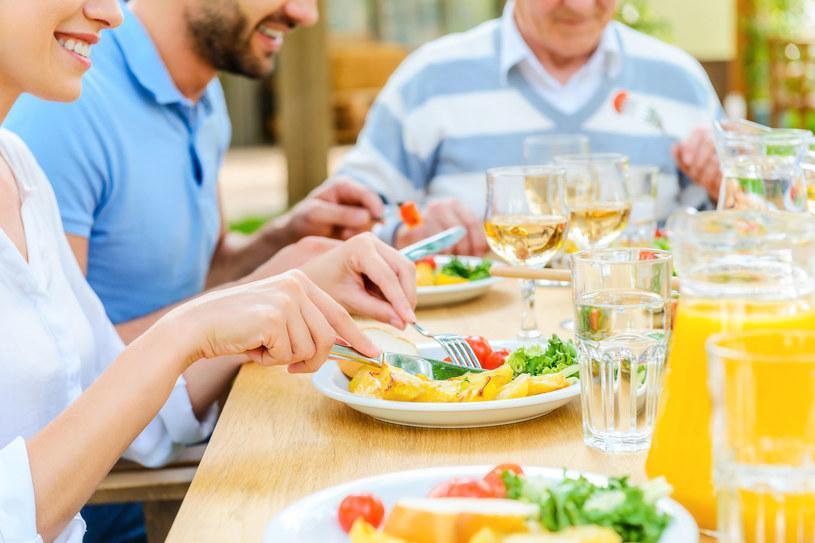 Odpowiednia dieta może wspomóc skórę w walce z promieniami słonecznymi /123RF/PICSEL