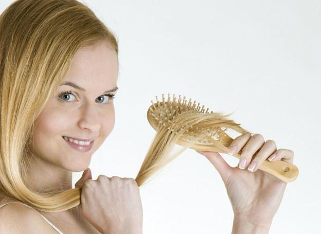Odpowiednia szczotka ułatwi ułożenie fryzury /©123RF/PICSEL
