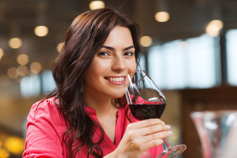Odpowiednio dobrane szkło to jeden z najważniejszych elementów sztuki podawania i picia wina /123RF/PICSEL