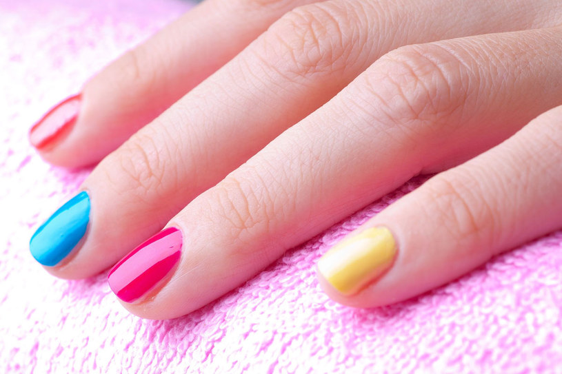 Odważne i zdecydowane barwy lakierów do paznokci przyciągają uwagę. /©123RF/PICSEL