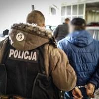 Oferowali zgwałconej kobiecie 200 tys. złotych za zmianę zeznań. 3 osoby z zarzutami