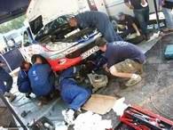 Ofiarna praca mechaników nie pomogła - auto odmówiło współpracy /INTERIA.PL