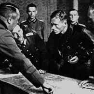 Oficerowie niemieccy i sowieccy nad mapą podzielonych terytoriów polskich /Encyklopedia Internautica
