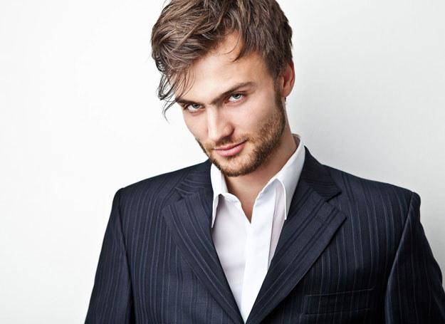 Mężczyzna w zadbanych ubraniach