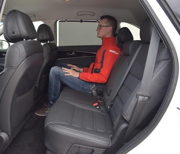 Ogromna przestrzeń na przesuwanej kanapie z regulowanym wygodnymi dźwigniami kątem oparcia. Płaska podłoga. /Motor