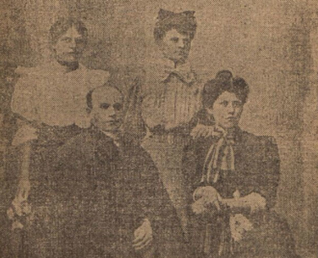 Ojciec Damazy Macoch z Heleną Krzyżanowską i jej siostrami z wydanej w 1912 roku książki dokumentującej proces zabójcy /Biblioteka Narodowa