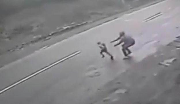 Ojciec próbował powstrzymać dziecko przed wpadnięciem pod samochód /