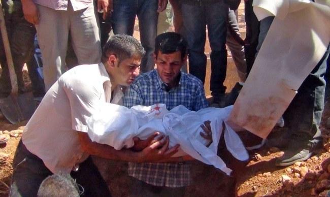 Ojciec trzyma ciało Aylana Kurdiego /PAP/EPA