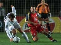 Okan Buruk (z prawej) walczy o piłkę z Andreasem Fleurquinem w meczu Galatasaray - Sturm