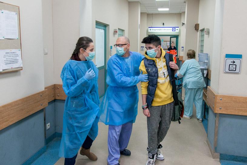 Okaże się, że pacjent mógł zarazić także inne osoby: nastolatka, który pomógł mu przed szpitalem, swoją narzeczoną oraz przypadkową kobietę, z którą spędził ostatnią noc... /TVN