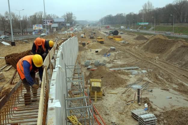 Okazuje się, że budowa nowych dróg może mieć duży wpływ na szybkość internetu w Polsce /AFP