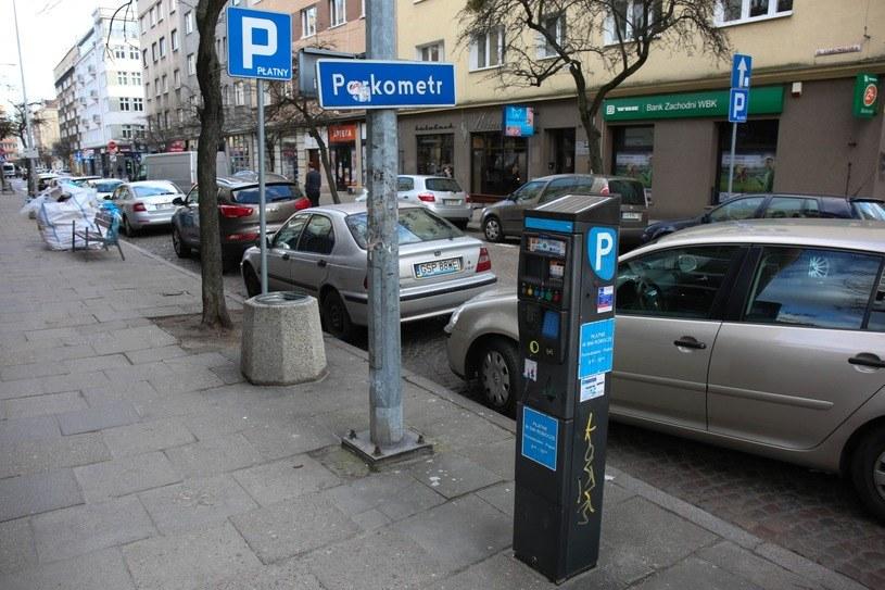 Okazuje się, że jest sposób na parkowanie w strefie, bez płacenia /Piotr Hukalo /East News