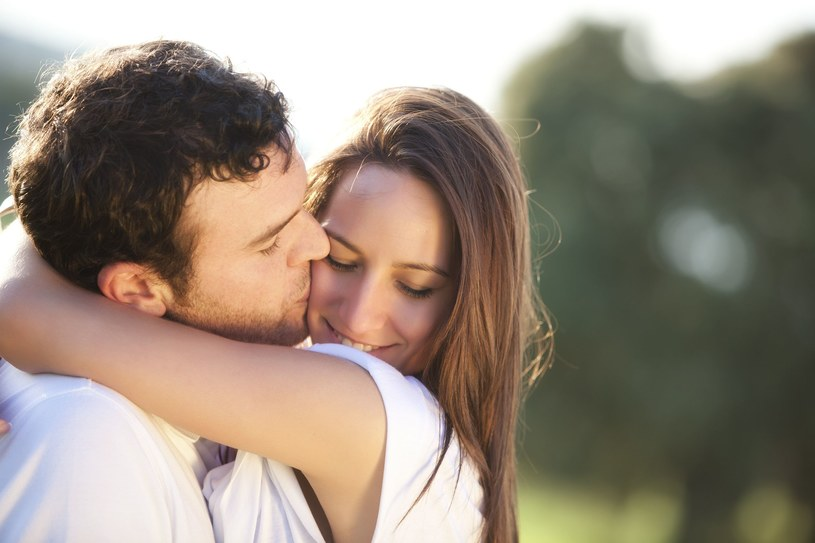 Okazywanie uczucia jest bardzo męskie /©123RF/PICSEL