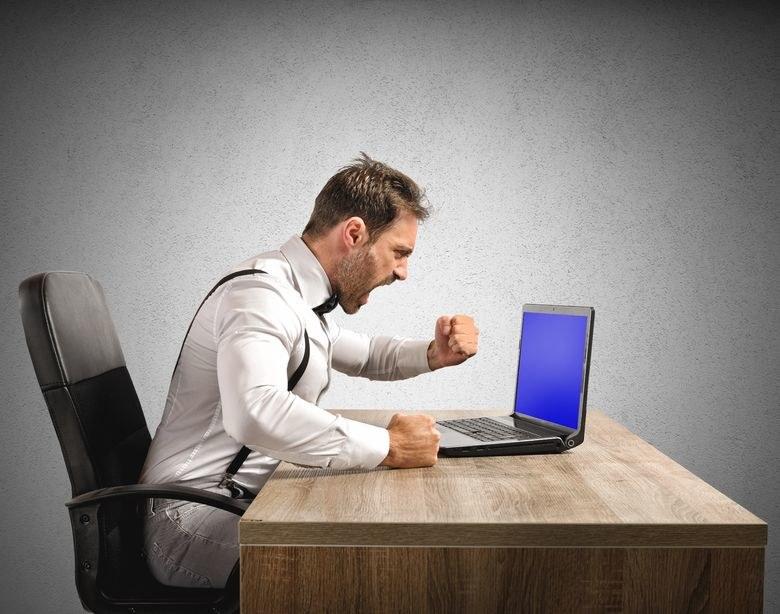Okładanie nieposłusznego laptopa może mieć opłakane skutki... /©123RF/PICSEL
