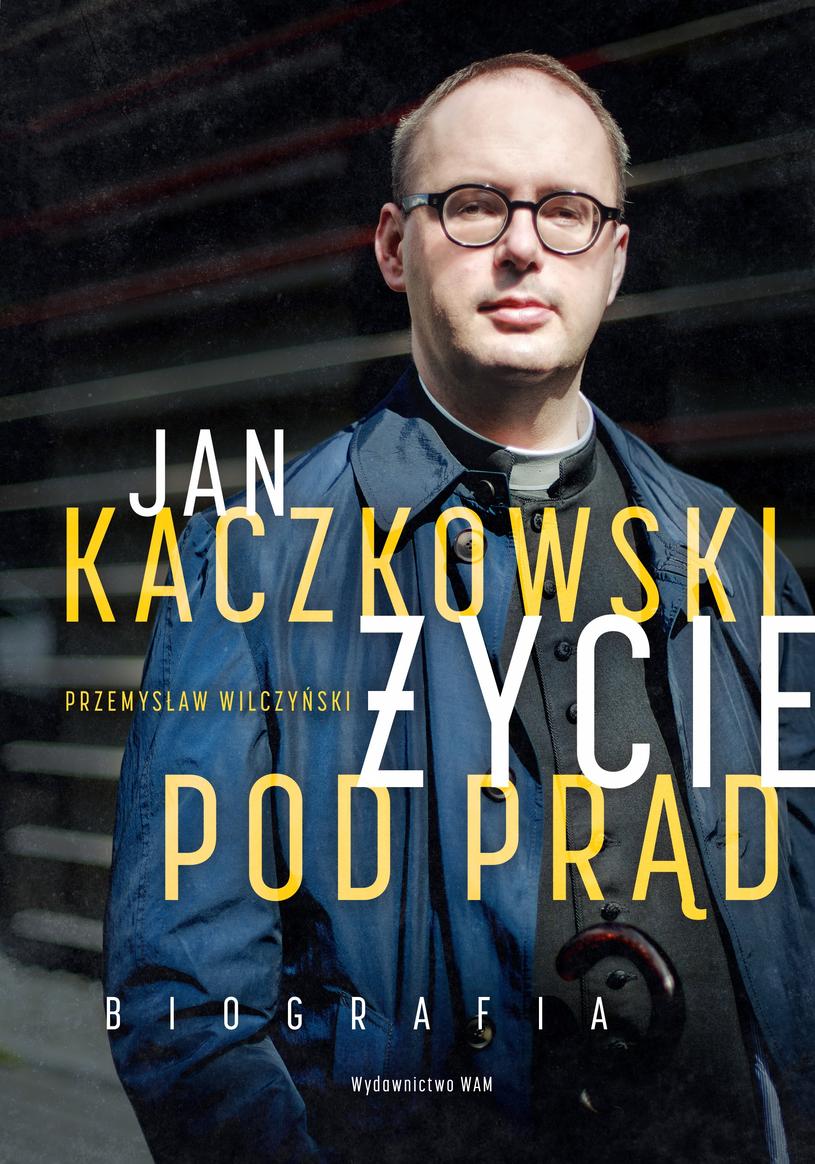 """Okładka pierwszej biografii księdza Jana Kaczkowskiego """"Jan Kaczkowski. Życie pod prąd"""" autorstwa Przemysława Wilczyńskiego /materiały prasowe"""