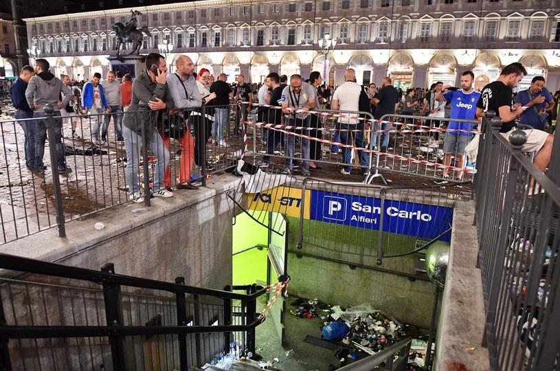 Okolice placu San Carlo kilka minut po wielkim wybuchu paniki /PAP/EPA