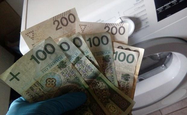 Okradła koleżankę. Skradzione pieniądze ukryła w pralce