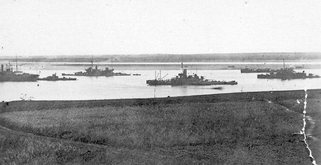 """Okręty Flotylli Dwińskiej. Od lewej: okręt warsztatowy """"Hyrebard"""", zdobyczny parowiec """"Borodino"""", HMS """"Humber"""", kanonierka HMS """"Cicala"""", rzeczny tender wodnosamolotów i monitor M.31 /archiwum S. Zagórskiego /materiały prasowe"""