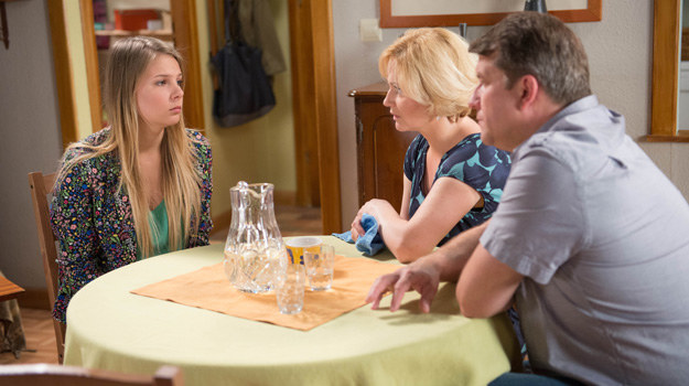 Ola znów sprawia rodzicom problemy, tym razem swoim romansem z Mariuszem. /Agencja W. Impact