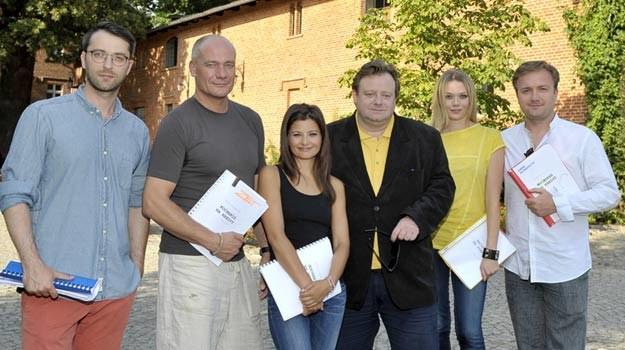"""Olaf Lubaszenko (C) ze swoimi aktorami pokażą """"miłość na kredyt"""" /AKPA"""
