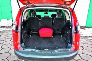Olbrzymi bagażnik jest w vanie niezbędny. Ten w S-Maxie mieści od 755 aż po 2000 l (ze złożonymi siedzeniami drugiego rzędu). /Motor