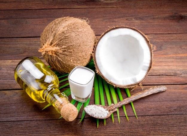 Olej kokosowy - nawilża i wygładza skórę, a nawet wybiela zęby! /123RF/PICSEL