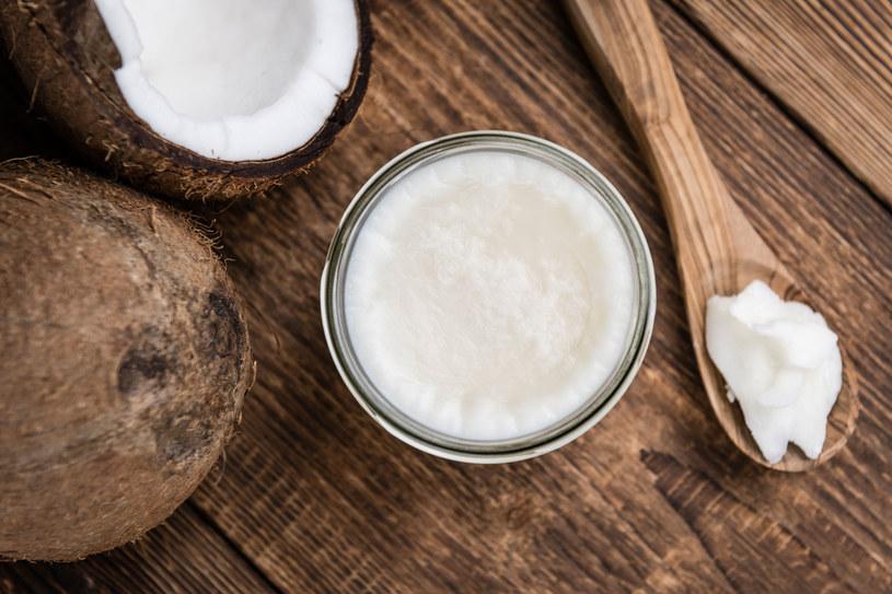 Olej kokosowy sprawdzi się świetnie m.in. do smażenia /123RF/PICSEL