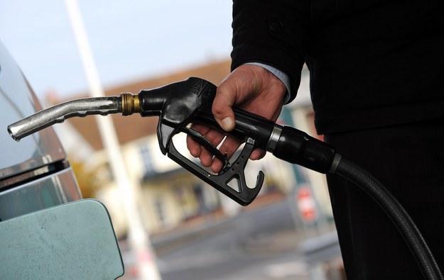 Olej napędowy wkrótce będzie droższy od benzyny /AFP