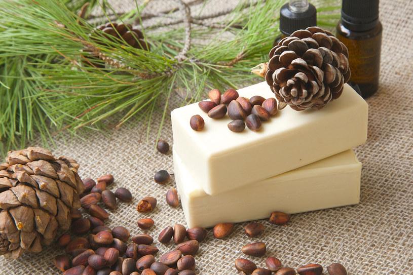 Olejek cedrowy to popularny składnik kosmetyków z Syberii /123RF/PICSEL