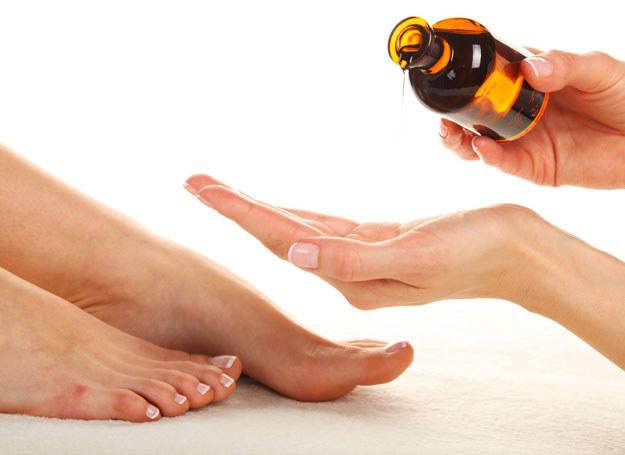 Olejki pomogą nawliżyć suche dłonie i stopy /123RF/PICSEL