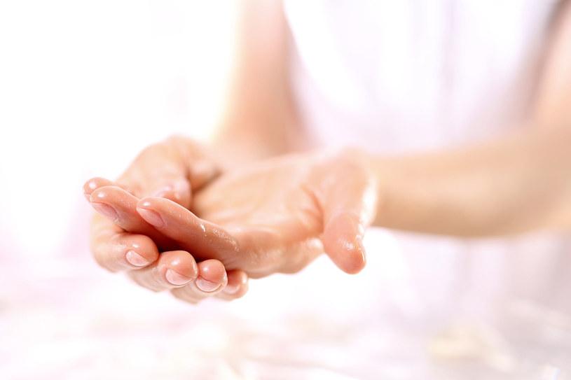 Olejowanie dłoni i paznokci przynosi spektakularne rezultaty /123RF/PICSEL
