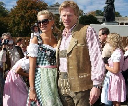 Oliver Kahn ze swoją przyjaciółką Vereną Kehrt podczas Oktoberfest /AFP