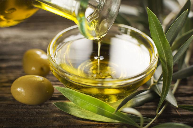 Oliwa z oliwek (najlepiej extra virgine) z powodzeniem zastąpi balsam do ciała /©123RF/PICSEL