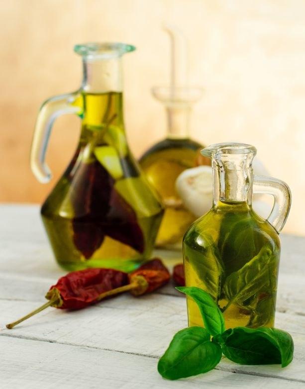 Oliwę aromatyzowaną ziołami łatwo zrobić samodzielnie. Jest dużo tańsza niż ta ze sklepu /123RF/PICSEL