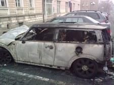 Olsztyn: Przed komisariatem spłonął drogi samochód