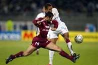Olympique Lyon - FC Metz 4:1. Sony Anderson (na drugim planie) walczy o piłkę z Geoffraya Toyesem