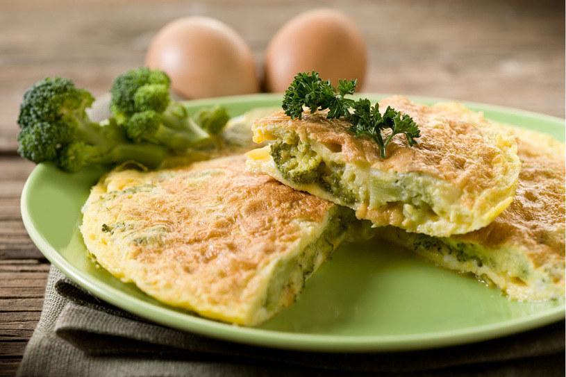 Omlet makaronowy z brokułami /123RF/PICSEL