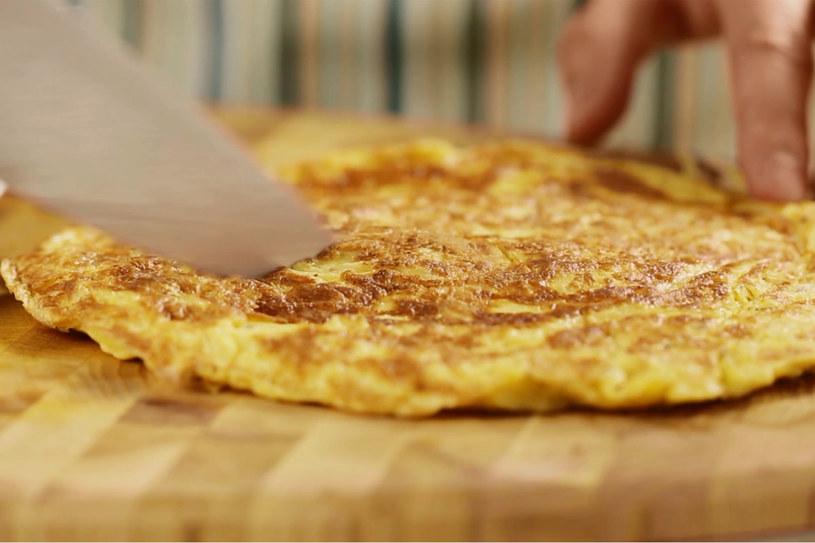 Omlet z chipsami ziemniaczanymi to pożywne i smaczne śniadanie. /Styl.pl