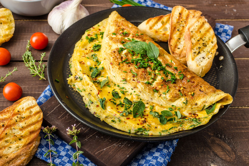 Omlet ze szpinakiem i majerankiem /123RF/PICSEL
